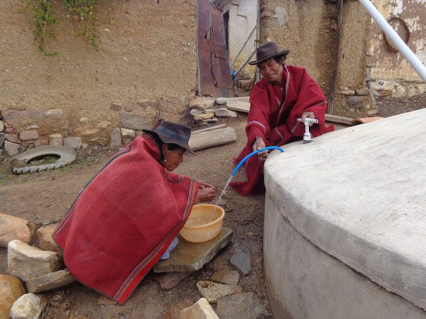 Recolección de agua en una nueva cisterna, que almacena y purifica el agua de lluvia (Bolivia). ©FAO
